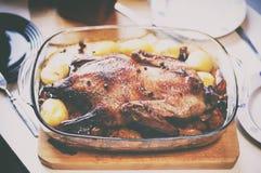 Canard cuit au four par Noël avec des pommes de terre photographie stock