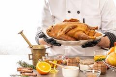 Canard cuit au four par portion de chef avec des oranges et des pommes nourriture d?licieuse et saine dans la cuisine ? la maison photos libres de droits