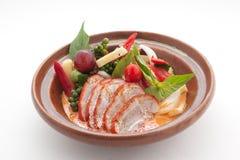 Canard découpé en tranches avec chily, raisins et tomate-cerise Image stock