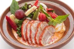 Canard découpé en tranches avec chily, raisins et tomate-cerise Images stock
