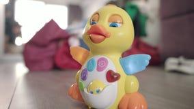 Canard de jouet de bébé passant le plancher Jouet musical avec le déplacement de bouton et de lumières banque de vidéos