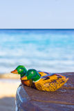 Canard de mandarine en bois de figurines. amour de symbole Photo stock
