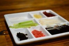 Canard de Pékin Pékin en préparation, avec la garniture, nourriture chinoise authentique photo libre de droits