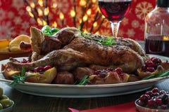 Canard de rôti de fête sur la table en bois avec les pommes de terre cuites au four, pommes a Image stock