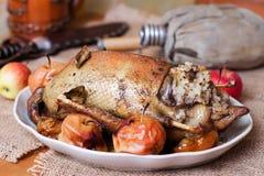 Canard de rôti avec des pommes Photographie stock libre de droits