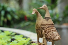 Canard en bambou sur le bord de bassin Photo stock
