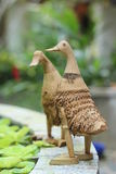 Canard en bambou sur le bord de bassin Image libre de droits