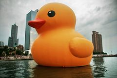 Canard en caoutchouc géant à Kaohsiung, Taiwan Photographie stock