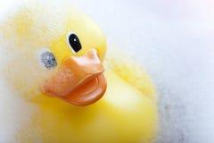 Canard en caoutchouc sur la baignoire Photographie stock