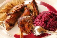 Canard rôti avec des boulettes de pain, chou rouge Photographie stock libre de droits