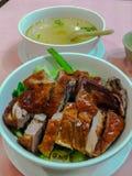 Canard rôti et nouilles sèches avec la soupe claire Photo stock
