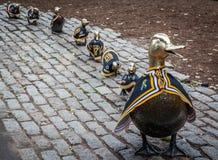 Canards dans une statue de rangée dans le jardin public de Boston pendant la finale d'ours bruns d'Eurasie Photos stock
