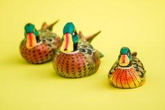 Canards en bois fabriqués à la main pour la décoration à la maison sur le fond jaune Photos stock