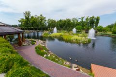Canards flottant avec élégance dans un petit étang avec des fontaines photos stock