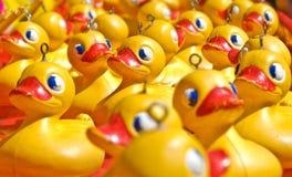 canards jaunes en caoutchouc de jouet   Photo libre de droits