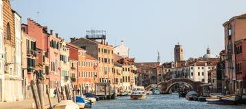Canaregio-Kanal und Tre Archi-Brücke, Venedig Lizenzfreies Stockfoto