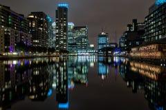 Canary Wharf Λονδίνο τη νύχτα στοκ εικόνες