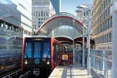 Canary Wharf, σταθμός DLR Τραίνο DLR που αφήνει το σταθμό σε ένα BR Στοκ Φωτογραφίες