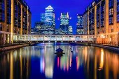 Canary Wharf στο Λονδίνο το βράδυ Στοκ Εικόνες