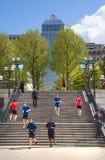 Canary Wharf bankrörelsearia Trappa upp till fyrkanten med det gå och körande folket London Royaltyfri Foto