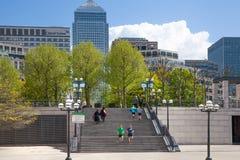 Canary Wharf bankrörelsearia Trappa upp till fyrkanten med det gå och körande folket London Arkivbilder