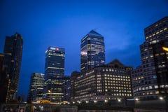 Canary Wharf bij nacht, Londen, het UK royalty-vrije stock afbeelding