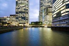 Canary Wharf biura w wieczór zdjęcia royalty free