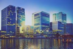Canary Wharf-bureaugebouwen in schemering Stock Foto's