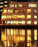 Canary Wharf-de bureaubouw in schemering Stock Fotografie