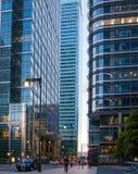 Canary Wharf, de hogere mening van de bankstraat in de nacht met auto's en taxis, Londen Stock Afbeeldingen