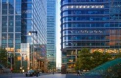 Canary Wharf, de hogere mening van de bankstraat in de nacht met auto's en taxis, Londen Royalty-vrije Stock Fotografie