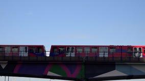 Canary Wharf em Londres, passagens do trem da estrada de ferro, zonas das docas, sinal subterrâneo video estoque