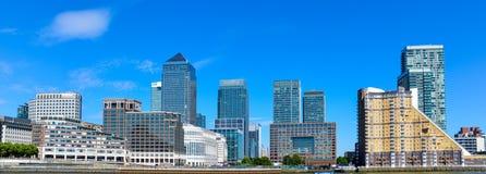 Canary Wharf finansiellt nav i London i solskendagen arkivfoton