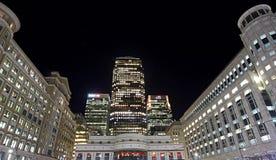 Canary Wharf i hjärtan av det finansiella området på natten arkivbild