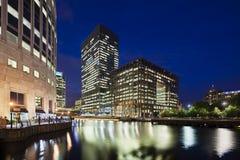 Canary Wharf i London på natten Arkivfoto