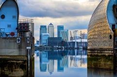 Canary Wharf i Thames bariera obraz royalty free
