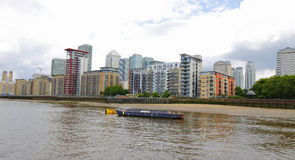 Canary Wharf ist ein bedeutendes Geschäftsgebiet, das in den Turm-Dörfchen, Ost-London gelegen ist Lizenzfreie Stockfotos