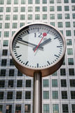 Canary Wharf-Klok. Londen, het UK Stock Afbeeldingen