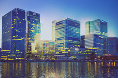 Canary Wharf kontorsbyggnader i skymning Arkivfoton