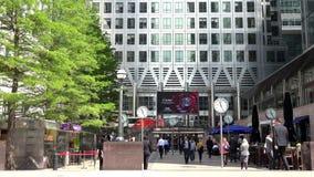 Canary Wharf, Londres, hombres de negocios que caminan en el distrito financiero, oficina 4K almacen de metraje de vídeo