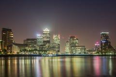 Canary Wharf na noite, Londres Fotos de Stock Royalty Free