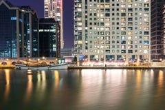 Canary Wharf nadrzeczny teren przy nocą obraz stock