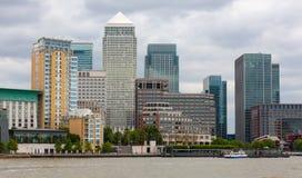 Canary Wharf no rio Tamisa, Londres, Inglaterra imagem de stock