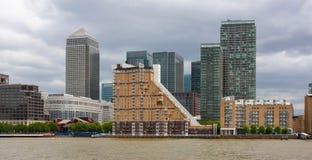 Canary Wharf no rio Tamisa, Londres, Inglaterra foto de stock royalty free