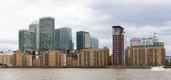 Canary Wharf no rio Tamisa, Londres, Inglaterra imagens de stock