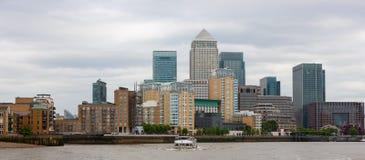 Canary Wharf no rio Tamisa, Londres, Inglaterra imagem de stock royalty free