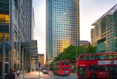 Canary Wharf, opinión superior de la calle del banco en la noche con los coches y los taxis, Londres Imagen de archivo libre de regalías