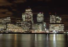 Canary Wharf på natten Royaltyfri Foto