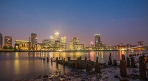 Canary Wharf por noche, Londres Foto de archivo libre de regalías