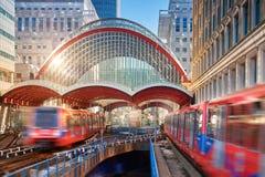 Canary Wharf, stazione di DLR Treno di DLR che lascia la stazione su un Br Immagini Stock Libere da Diritti